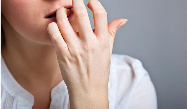 جویدن ناخن در بزرگسالان نشانه چیست؟